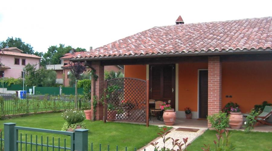 Villa indipendente di circa 290mq con giardino taverna e for Piani di stoccaggio con portico